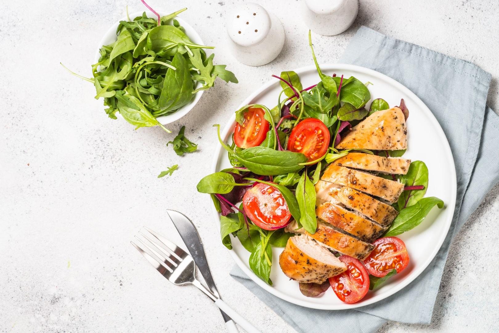 Sałatka z botwinki z kurczakiem i świeżymi ziołami